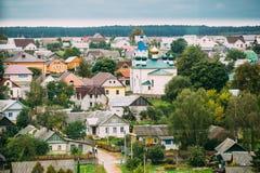 Mir Vitryssland Landskap av byhus och den ortodoxa kyrkan den heliga Treenighet i Mir, Vitryssland berömd landmark royaltyfria foton