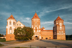Mir Vitryssland Mir Castle Complex On Blue Sunny Sunset Sky Backgr Arkivfoto