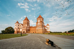 Mir Vitryssland Mir Castle Complex On Blue Sunny Sunset Sky Backgr Royaltyfri Foto