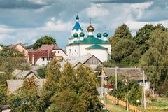 Mir, Wit-Rusland Landschap van Dorpshuizen en Orthodoxe Kerk van de Heilige Drievuldigheid in Mir, Wit-Rusland Royalty-vrije Stock Afbeelding
