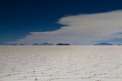 Miraż góry przy Salar De Uyuni zdjęcia stock