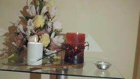 Mira al trasluz la decoración con las flores en una tabla almacen de video