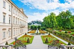 Mirabell trädgårdar med den Mirabell slotten i Salzburg, Österrike Arkivfoto