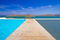 在Mirabello海湾水的码头  库存照片