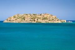 Mirabello fjärd med den Spinalonga ön på Crete Arkivbilder