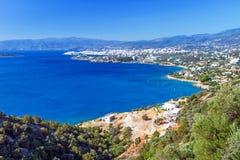 Mirabello fjärd med den AgiosNikolaos townen på Crete Royaltyfri Foto
