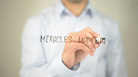 Miracels случается, укомплектовывается личным составом сочинительство на прозрачном экране стоковое фото
