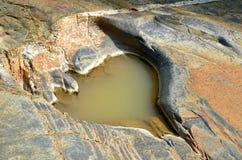Miracle de l'étang en pierre avec la forme de coeur images stock