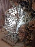Miracle de vacances - une lanterne rougeoyante dans les branches du sapin Photo libre de droits