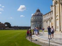Miracoli kwadrat z Pisa katedrą i Oparty wierza, 2017 PISA WŁOCHY, WRZESIEŃ 13 - Zdjęcie Royalty Free