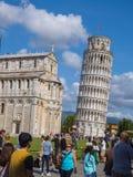 Miracoli kwadrat z Pisa katedrą i Oparty wierza, 2017 PISA WŁOCHY, WRZESIEŃ 13 - Zdjęcie Stock