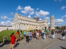 Miracoli kwadrat z Pisa katedrą i Oparty wierza, 2017 PISA WŁOCHY, WRZESIEŃ 13 - Zdjęcia Royalty Free