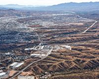 Mirada aérea en el paso de frontera en Nogales, Estados Unidos en el primero plano y México en la distancia Foto de archivo libre de regalías