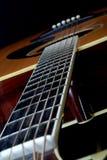 Mirada abajo de cuello de la guitarra acústica Imágenes de archivo libres de regalías