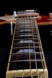 Mirada abajo de cuello de la guitarra eléctrica Imagenes de archivo