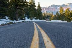Mirada abajo de curva de la tira amarilla en el camino de la montaña Nevado Fotos de archivo libres de regalías