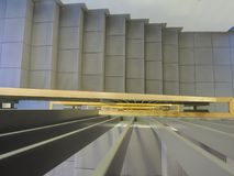 Mirada abajo de escalera interna de un nuevo edificio Imagen de archivo libre de regalías