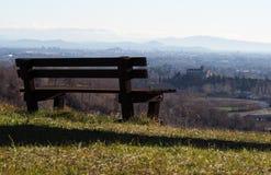 Mirada abajo de la colina de un banco de madera Friuli central Italia Fotografía de archivo