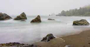 Mirada abajo de la costa costa con las ondas lisas Foto de archivo libre de regalías