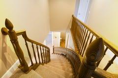 Mirada abajo de la escalera en un hogar Imágenes de archivo libres de regalías