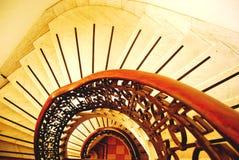 Mirada abajo de la escalera espiral Fotografía de archivo libre de regalías