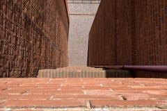 Mirada abajo de la repisa de un edificio alto a la calle abajo Imagenes de archivo