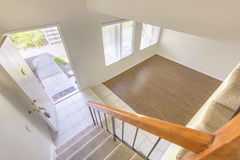 Mirada abajo de las escaleras en la propiedad horizontal de San Diego Fotos de archivo