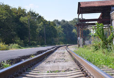 Mirada abajo de las pistas de ferrocarril Fotos de archivo libres de regalías