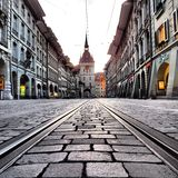 Mirada abajo de las pistas de la tranvía en Berna Switzerland& x27; capital de s Imagenes de archivo