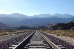 Mirada abajo de las pistas hacia el San Gabriel Mountains Imagen de archivo libre de regalías