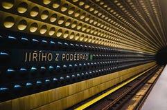 Mirada abajo de las vías del tren de la plataforma en la Praga Imágenes de archivo libres de regalías