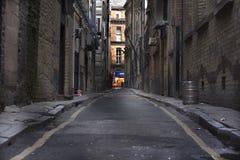 Mirada abajo de un callejón largo de la parte posterior de la obscuridad fotos de archivo