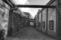 Mirada abajo de un callejón largo HDR de la parte posterior de la oscuridad Foto de archivo libre de regalías