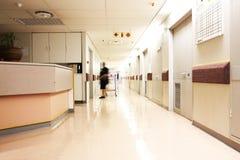 Mirada abajo de un pasillo del hospital Imagen de archivo