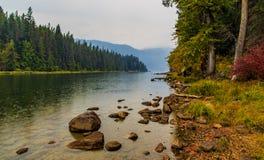Mirada abajo de un pasillo del río a las montañas en un día lluvioso del otoño fotos de archivo