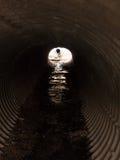 Mirada abajo de un túnel del metal de la textura en el día Imágenes de archivo libres de regalías