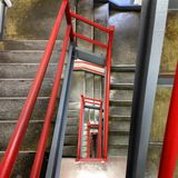 Mirada abajo de una escalera Imagenes de archivo