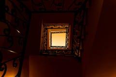 Mirada abajo de una escalera de tres historias Fotografía de archivo