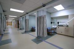Mirada abajo de una manera de pasillo del hospital Imagen de archivo libre de regalías
