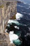 Mirada abajo del acantilado Imagen de archivo