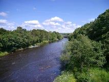 Mirada abajo del río a tender un puente sobre Fotografía de archivo libre de regalías