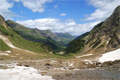 Mirada abajo del valle de Cirque de Gavarnie Imagen de archivo