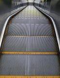 Mirada abajo desde arriba de la escalera móvil Fotografía de archivo