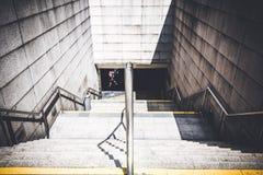 Mirada abajo desde arriba de las escaleras que van abajo a la estación de tren subterráneo Foto de archivo