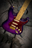 Mirada abajo en la guitarra eléctrica en soporte Imágenes de archivo libres de regalías