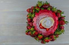 Mirada abajo en la torta de frutas con el espacio de la copia Imagen de archivo