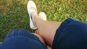 Mirada abajo en las piernas melenudas de la mujer Imagen de archivo