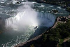 Mirada abajo en Niagara Falls Foto de archivo