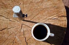 Mirada abajo en un cuchillo de la barra de k y el café de la mañana Foto de archivo libre de regalías