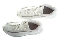 Mirada abajo en un par de zapatos de baloncesto Imagen de archivo libre de regalías